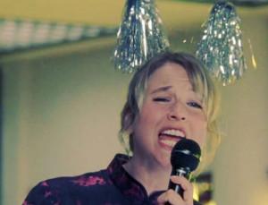 In december zijn we allemaal een beetje Bridget Jones, die zichzelf belachelijk maakt op de kerstborrel.